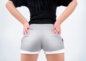 Frau in grauer Hot Pants