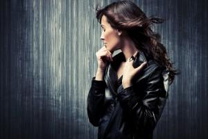 Frau in schwarzer Lederjacke