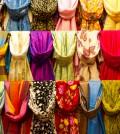 Bunte Auswahl an Schals und Tüchern