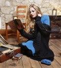 Frau im modischen Wollpullover