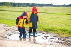 Kinder in Matschhosen